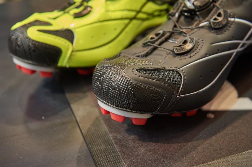 An der Lauffläche finden sich Stollen für sicheres Laufen im Gelände. Gewindeinsätze im Cleatbereich lassen zusätzliche Spikes montieren - #crossiscoming.