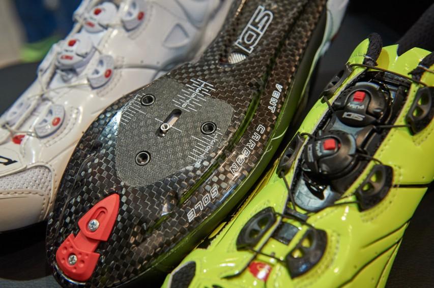 Die Sohlen sind mit allen gängigen Pedalplatten Pedalsystemen kompatibel. Der Kunststoffabsatz im Fersenbereich ist austauschbar.