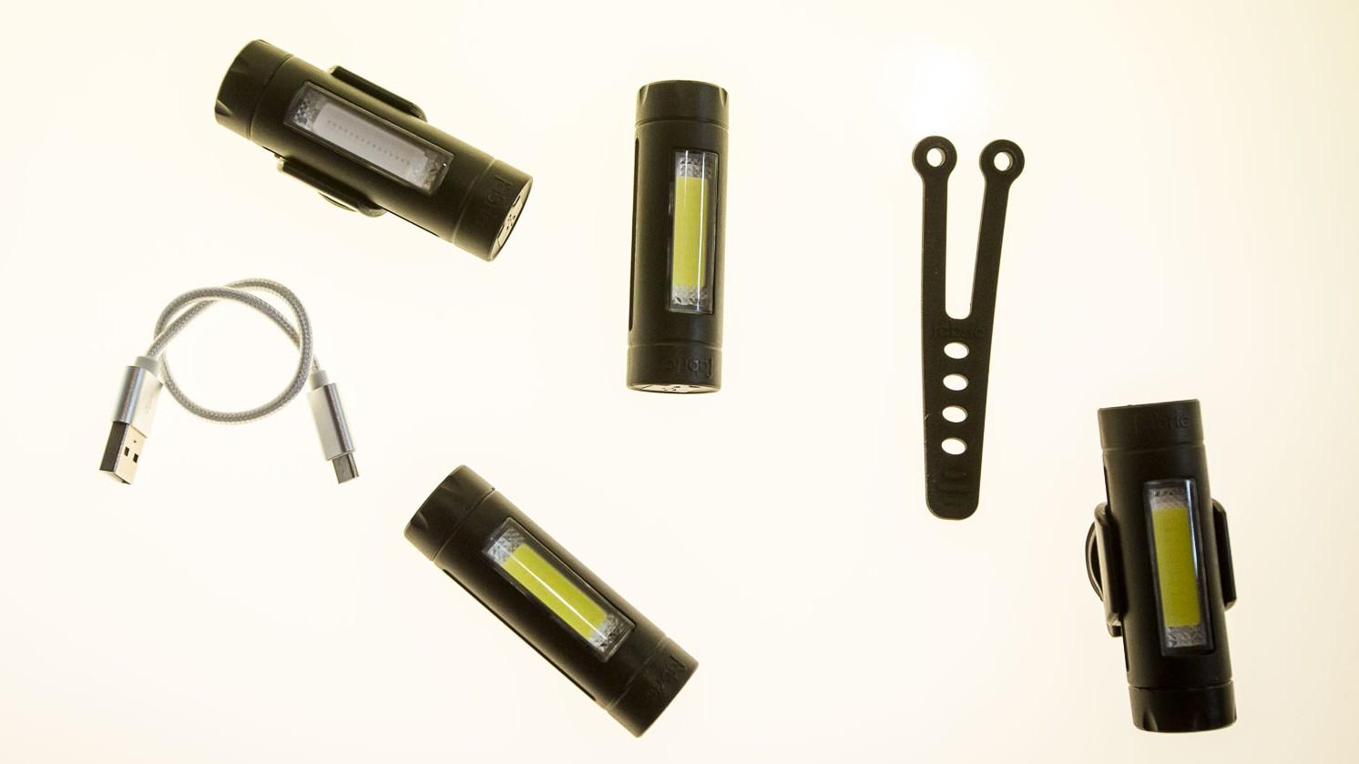 Das Rücklicht FL30 erkennt ob man bremst, und erhöht die Leuchtkraft. Geladen wird mittels USB-Port.