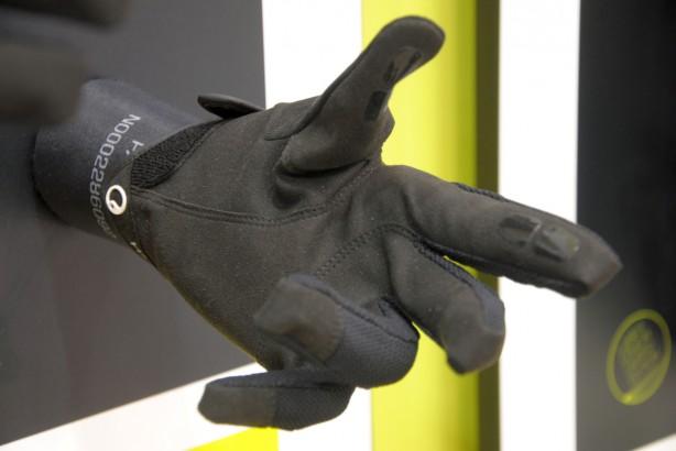 Handrücken und Finger sind aus flexiblem und belüftetem Netzgewebe. Rutschhemmende Einsätze für sicheres Schalten und Bremsen. Von XS bis XXL für € 39,95.