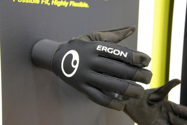 Der Handschuh HM2 bietet durch anatomisch vorgeformte Innenhand und Finger einen nahezu faltenfreien Sitz, hat man den Griff erst in der Hand. Der konsequente Verzicht auf Polsterung soll unmittelbare Kontrolle geben.