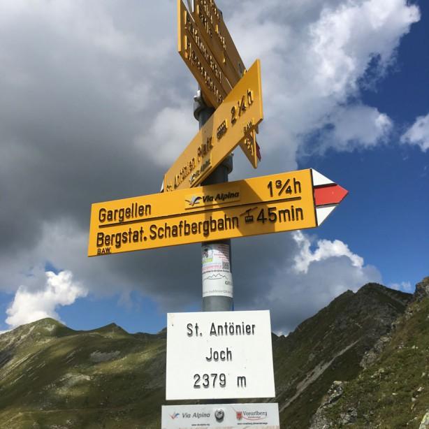 2.379 m Seehöhe sagt das Schild.