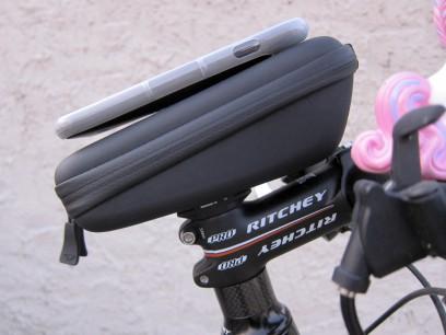 Es kann leicht am Fahrrad befestigt werden und bewahrt die wichtigsten Dinge schnell zugänglich auf.