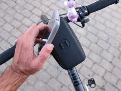 Per 90° Drehung findet das Smartphone einen sicheren und gut gedämpften Halt.