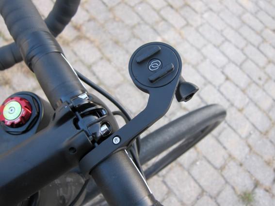 Der Halter besitzt austauschbare Befestigungsmöglichkeiten und kann gleichzeitigdas Smartphone mit einem Licht oder einer Actioncam aufnehmen.